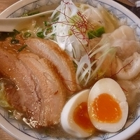 「ちゃーしゅーわんたんめん 太麺 (味玉トッピング)」@わんたんめんの店 しお福の写真