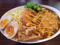「チャーシューカツのせかつおカレー和え麺(中)+チーズ+味玉」@あずさ川らあめん つきの写真