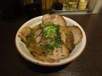 「ちゃーしゅー麺黒 900円 平打麺+細麺替え玉無料」@水田商店の写真