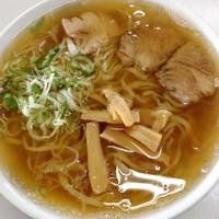 「ラーメン(麺固め)550円」@まるしまの写真
