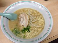 「ラーメン¥350+ビール¥500」@博多龍龍軒 博多駅前本店の写真