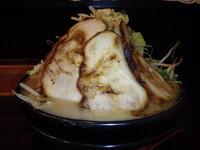 「盛豚麺(並)(800円)(ニンニク)焼豚(2枚+150円)」@麺屋 剛の写真