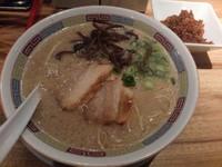 「シロマルベース +きくらげ、激辛高菜」@一風堂 SHIROMARU-BASE 金山店の写真