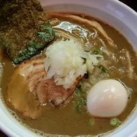 「特濃鶏白湯煮干 850円(3周年記念限定)+味玉」@麺や 飛来の写真
