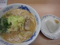 「あっさりとんこつ(410円)(硬め)、おにぎり(70円)」@拉麺男の写真