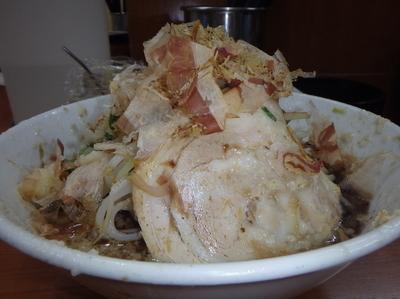 「黒ラーメン(700円)ギトギト、野菜カチ、ニンニク、魚」@骨太味覚 平和通り店の写真