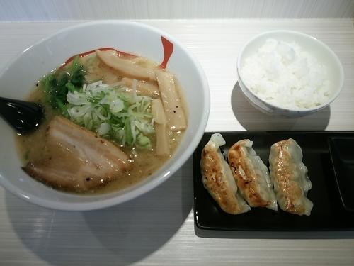 「しょうゆラーメン(大盛・200g)700円+餃子セット150」@麺屋はるの写真
