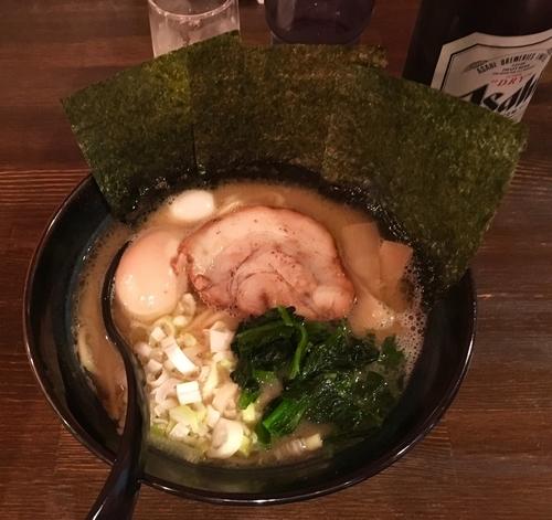 「醤油豚骨 750円 + 味玉 100円」@麺侍右京 反町店の写真