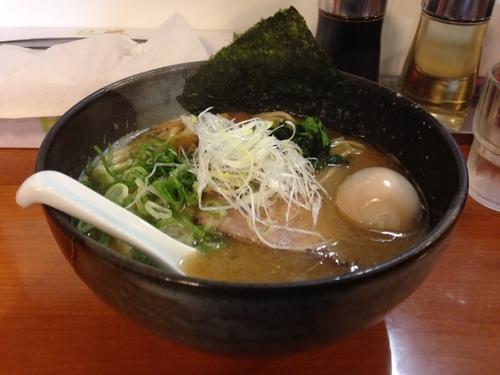 「鎧ラーメン太麺+味玉  大盛り無料」@麺や 鐙 大和店の写真