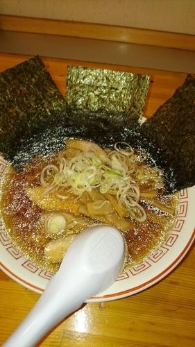 「らーめん 650円 (手揉麺) 海苔2枚(ラーパス)」@麺や 松の写真