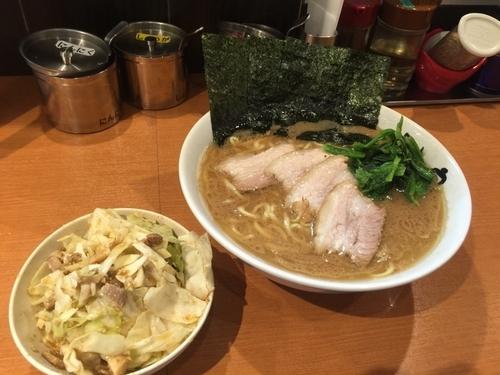 「チャーシュー麺中盛950円硬め濃いめ、キャベチャ150円」@とさの家の写真