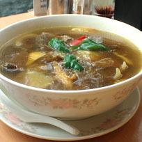 「牛肉カレースープそば830円+大盛100円」@中華四川料理 飛鳥の写真