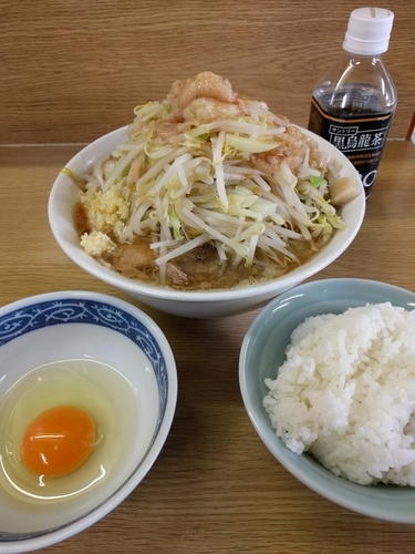 「ラーメン+生卵+ライス(ニンニク、アブラ、カラメ)」@ラーメン二郎 栃木街道店の写真