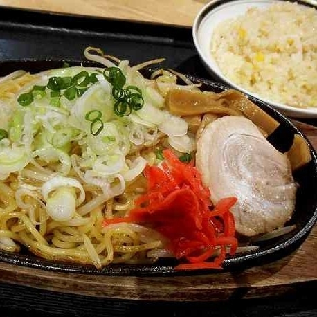 「鉄板とんこつ焼きラーメン(ミニチャーハン付) ¥750」@やすらぎ処 湯けむり食堂の写真