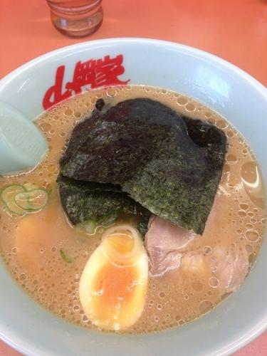 「醤油ラーメン(少なめ濃いめ)+味玉」@ラーメン山岡家 相模原店の写真