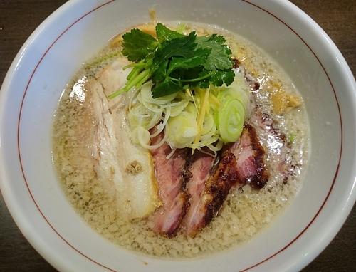「背脂地鶏中華そば(塩・細麺)+釜焼きチャーシュー」@麺や 虎徹の写真