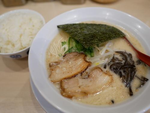 「細麺 白 粉落とし+替え玉 ハリガネ+サービスライス」@天然の味 大塚らーめんの写真