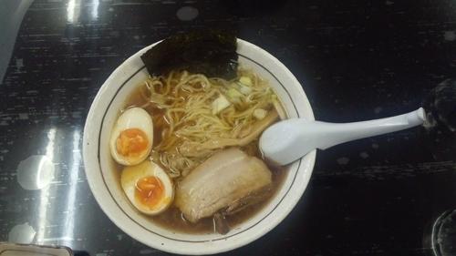 「醤油らーめん+煮玉子」@メンや するがの写真