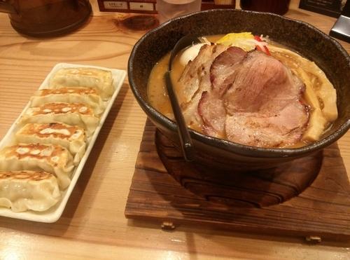 「頂上味噌麺  ご馳走盛り 餃子」@味噌が一番 西武新宿駅前店の写真