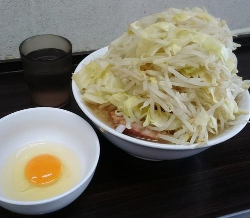 「ラーメン 300㌘ 豚2枚 生卵 870円」@らーめん虎丸の写真