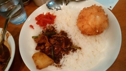 「豚バラ肉とほうれん草のカレー(カニクリームコロッケ付)」@ジンコックの写真