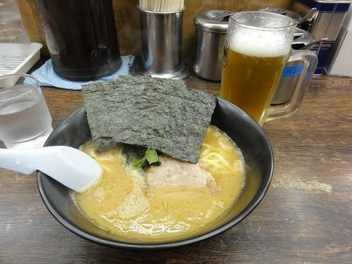 「ラーメン500円 濃いめ ビール280円」@らーめん 吟太の写真