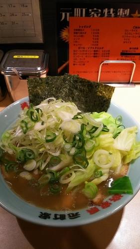 「ネギチャーシュー麺中盛  キャベツ」@横浜家系 元町家の写真