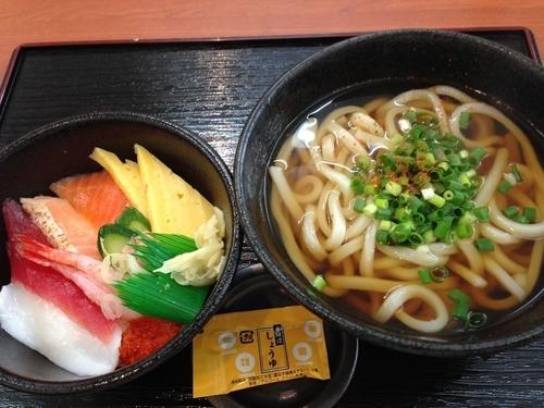 「かけうどん+ミニ海鮮丼セット」@小僧寿し 京成小岩店の写真