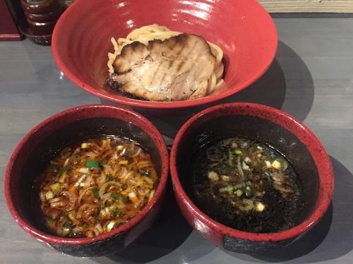「ハーフ&ハーフ(エビとイカ墨&ビネガー)つけ麺950円」@つけ麺専門 百の輔の写真