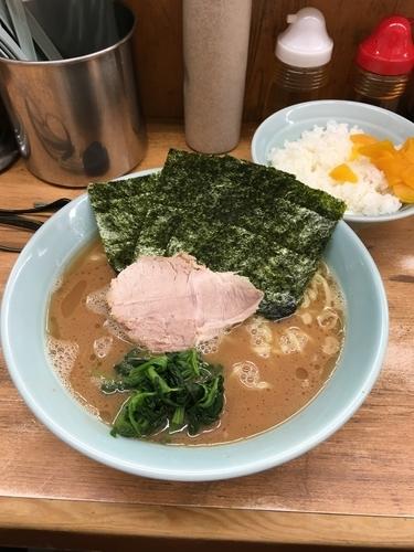 「豚骨醤油ラーメン中盛り中ライス」@横浜ラーメン 武蔵家 志木店の写真