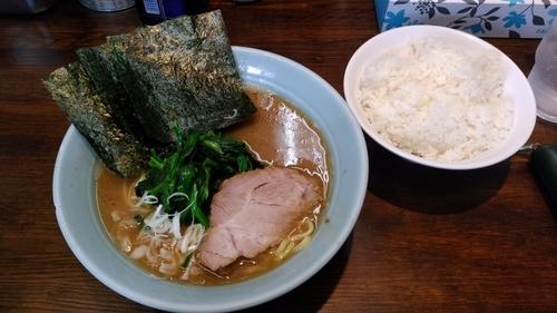 「ラーメン脂少なめ麺かため750円+ライス」@横浜家系豚骨醤油極太麺 侍 本店の写真