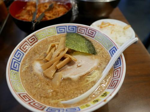 「とんこつ正油ラーメン 麺硬め+味濃いめ+脂多目+サービスライ」@麻布ラーメン 慶応三田店の写真