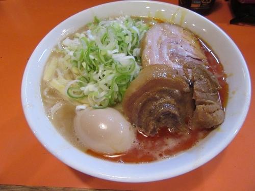 「ラーメン豚一切れ(890円)+チーズ+味玉 野菜抜き」@ちばからの写真
