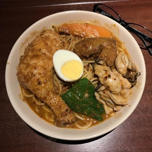 「チキンのスープカレースパ(4辛)+広島産カキ」@べいらっきょの写真