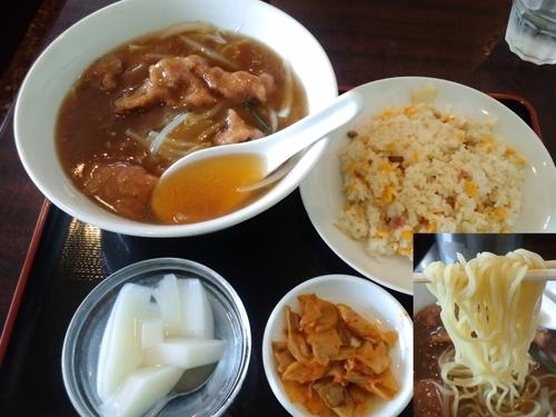 「ランチAセット(牛肉麺と半チャーハン)750円」@金龍園の写真