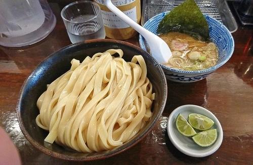 「『すだちつけ麺 中盛(¥950)』を平打麺で...」@つけ麺 紅葉の写真
