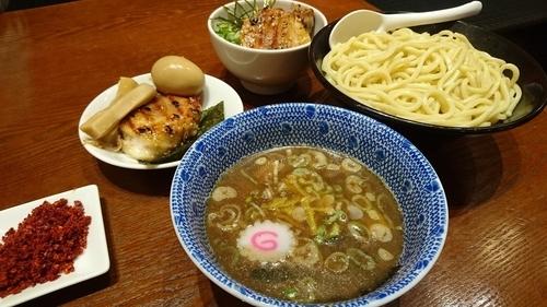 「特製つけめん+大盛り+辛味+炙りチャーシュー丼」@頑者 illmaticの写真
