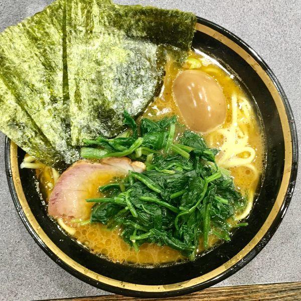 「ラーメン+味玉+ほうれん草 計840円」@家系総本山 吉村家の写真