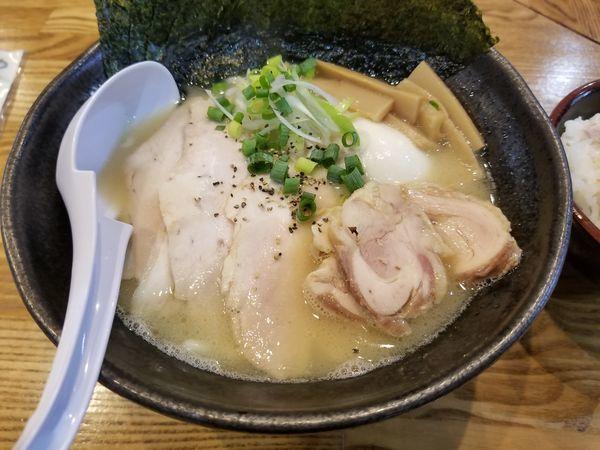 「鶏白湯の自家製麺 全部トッピング」@めんごころ なつの写真