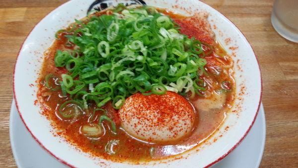 「赤ラーメン+煮抜き卵+九条ネギ」@京都屋台味らーめん 炎屋の写真