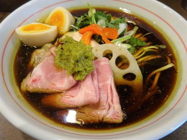 「青森にんにくと軍鶏69のたまり醤油ラーメン + 和え玉ハーフ」@八咫烏の写真