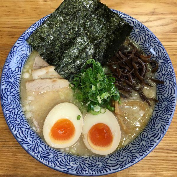 「鶏塩そば (700円) 特製 (200円)」@ひかり食堂の写真