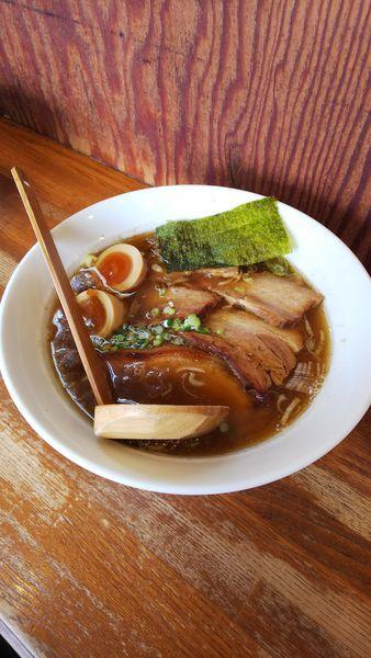 「醤油バラ肉チャーシュー トッピング味玉」@麺や 八雲の写真