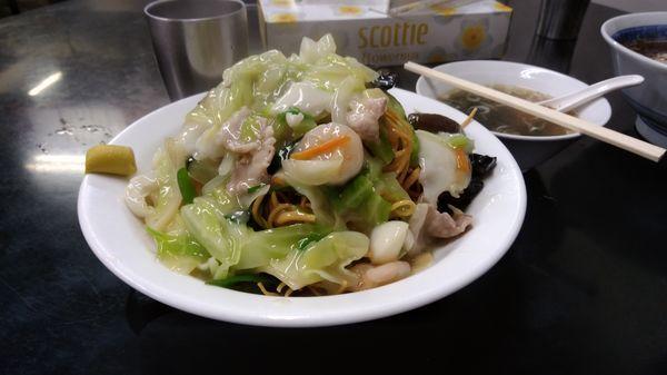 「五目かたやきそば(1300円)」@中国手打拉麺 馬賊 浅草本店の写真