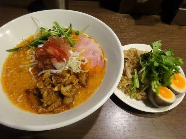 「八咫烏式担々麺 950円 + キノコご飯・蒸し鶏パクチー添え」@八咫烏の写真