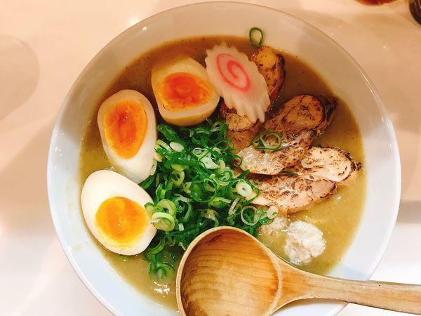 「濃厚鶏白湯グリーンカレーラーメン&味玉」@KINGの写真