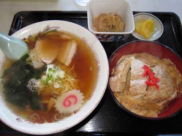 「小盛りカツ丼+半ラーメン 830円」@いわはなや食堂の写真