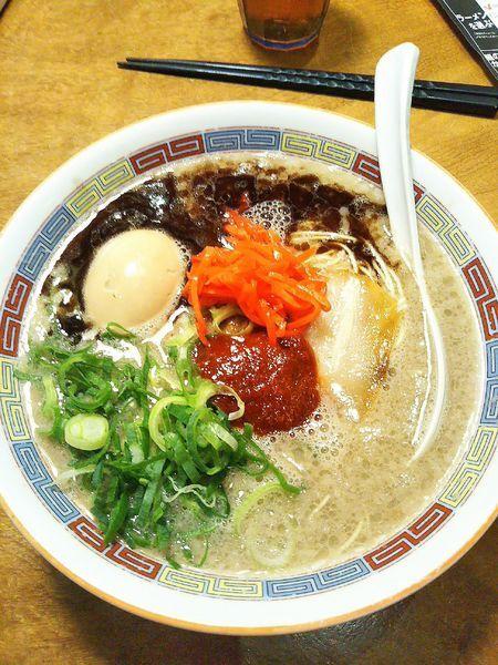 「アカマルベース 770円+煮玉子 100円」@一風堂 SHIROMARU-BASE 金山店の写真