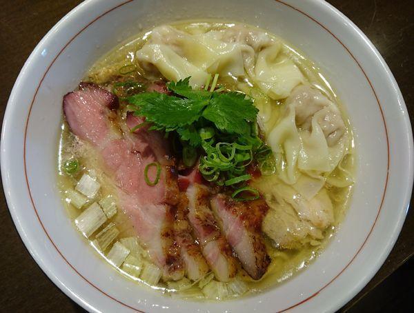 「地鶏中華そば(塩・細麺)+釜焼きチャーシュー+肉ワンタン」@麺や 虎徹の写真