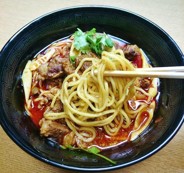 「ゴロゴロ牛角肉の辛紅油麺(紅焼牛肉面)  900円」@晴々飯店の写真